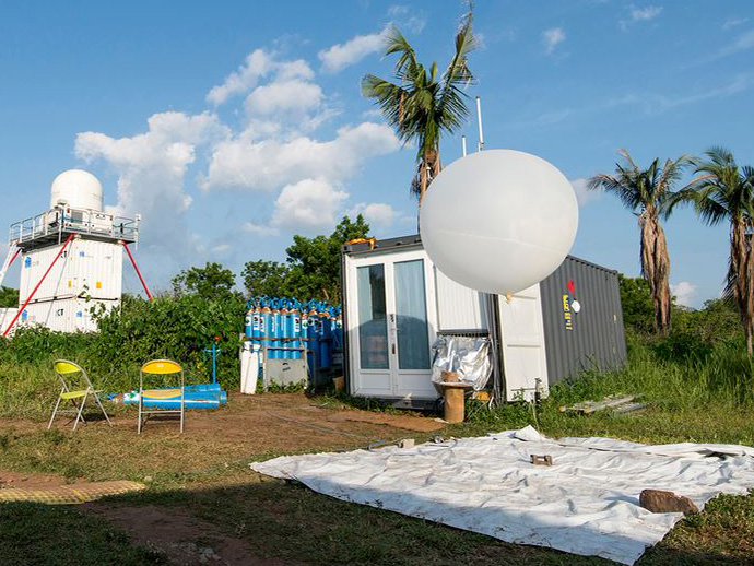 "Using meteorological balloons and the atmospheric observation system ""KITcube"", the DACCIWA researchers collected a variety of relevant meteorological data."